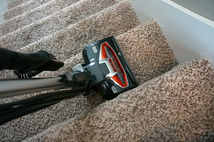 Shark-DuoClean-Ultralight-Vacuum-HV382-stairs